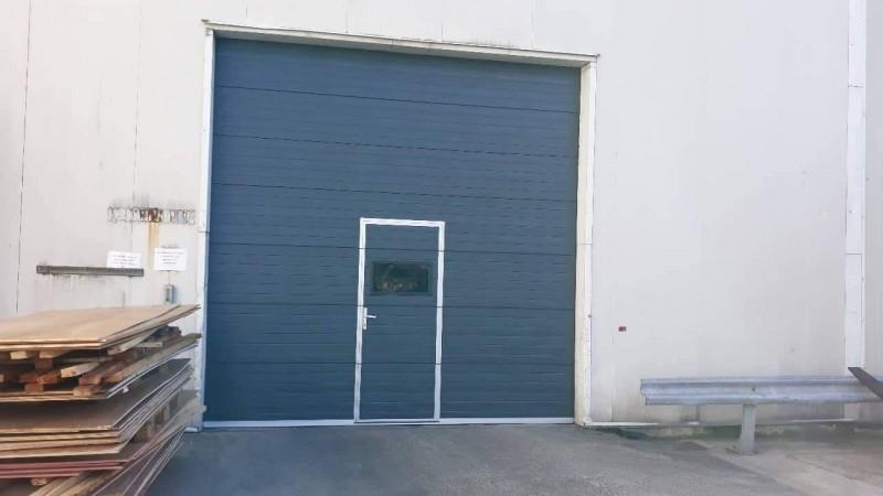 DITEC iparikapu Antracit színű ipari kapu telepítésünk ajtóval, ablakkal Dunakilitin