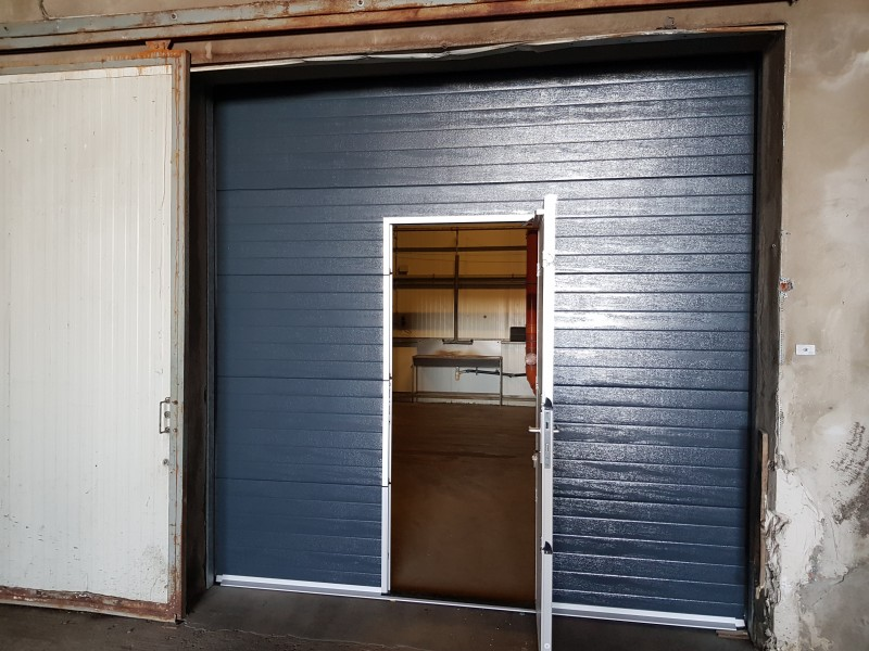 DITEC iparikapu Demjénben telepített 6db antracit színű, személyi közlekedő ajtóval ellátott DITEC ipari kapu telepìtèsünk.