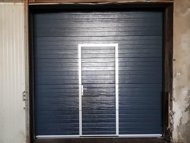 DITEC iparikapu Demjénben telepített 6db antracit színű, személyi közlekedő ajtóval ellátott ipari kapu telepítésünk.