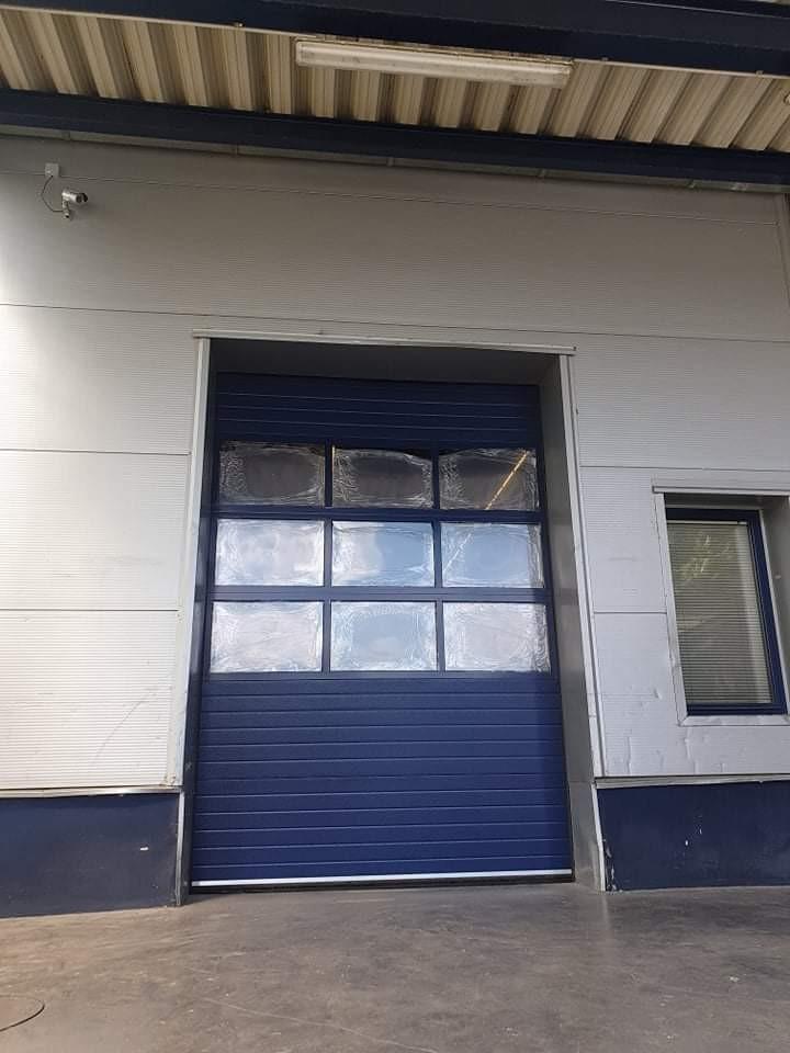 DITEC iparikapu Egyedi színű panoráma ablakos ipari kapu telepítésünk budaörsön