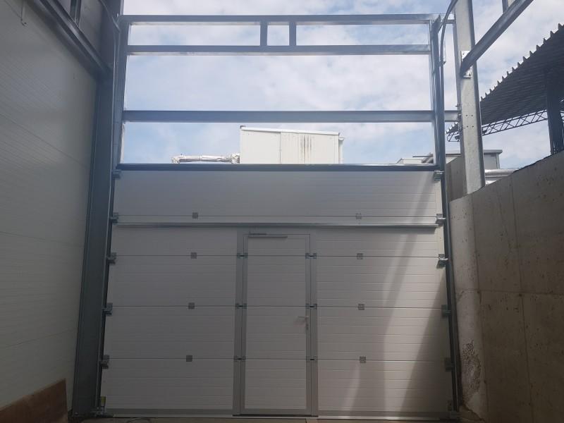 DITEC iparikapu Emelt vasalatú ipari kapu telepítésünk antracit színben, személyi ajtós kivitelben, Demjénben