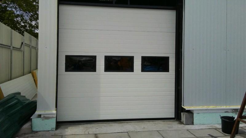 DITEC iparikapu Ipari kapu telepìtèsünk 3 db szögletes ablakkal, Bp. 22. kerületben