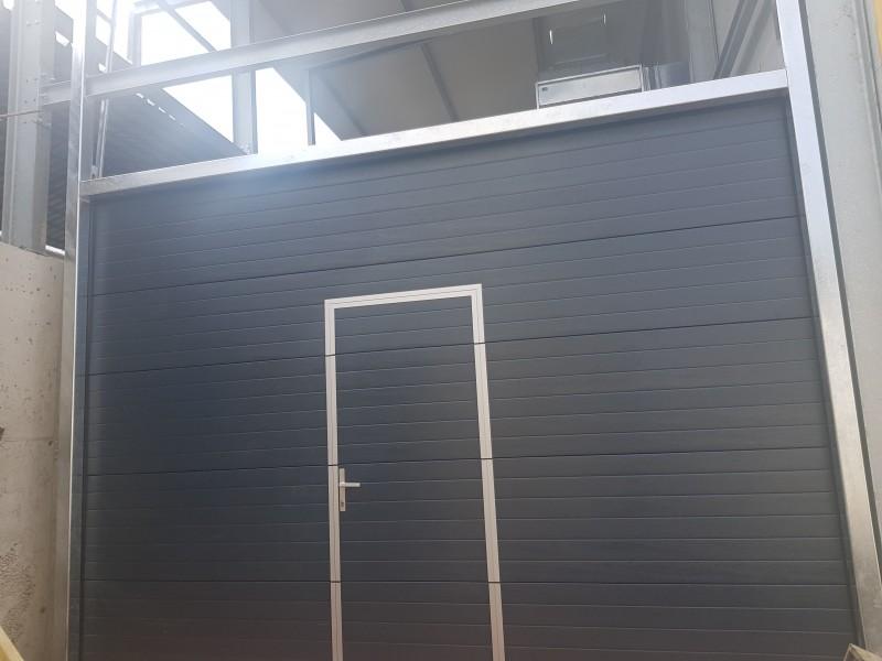 DITEC iparikapu Motoros ipari kapu telepítésünk antracit színben, személyi ajtós kivitelben, Demjénben