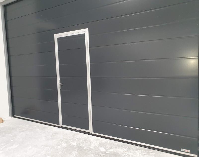 DITEC iparikapu Motoros ipari kapu telepítésünk antracit színben, személyi ajtóval Bp 12. kerületi design bemutatóterembe