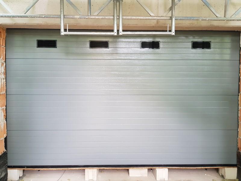 DITEC iparikapu XIV. kerületi új építésű társasházhoz telepített 2db ipari kapunk. Egyedi RAL színnel és szellőzőráccsal.